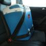 chladnička do auta připevněná pomocí bezpečnostních pásů